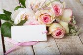 Postal con las flores elegantes y etiqueta vacía para el texto — Foto de Stock