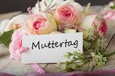 Ansichtkaart met elegante bloemen en tag met woord muttertag — Stockfoto
