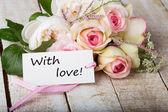 Postal con las flores elegantes y etiqueta vacía — Foto de Stock