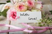 Pocztówka z eleganckimi kwiatami i tag — Zdjęcie stockowe