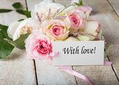 Pohlednici s elegantní květiny a tag — Stock fotografie