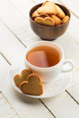 Fresh cookies and tea — Stock Photo
