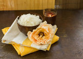 Meer salz in schüssel mit kerze und rose — Stockfoto