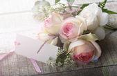 Ansichtkaart met elegante bloemen en lege tag voor uw tekst — Stockfoto