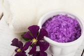 Sea salt in bowl with flowers — Stockfoto