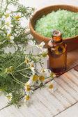 Essentiële aroma-olie en zee zout — Stockfoto