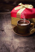 Cup of coffee and present — Stockfoto