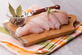 Pollo fresco sul tavolo di legno — Foto Stock