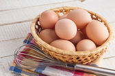 木製の背景に鶏の卵 — ストック写真