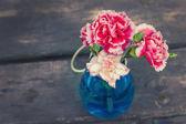 Fleurs fraîches sur fond en bois — Photo