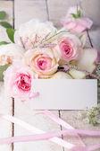 Postkarte mit eleganten blumen und leeren tag für ihren text — Stockfoto