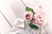 Rosas sobre fondo de madera — Foto de Stock