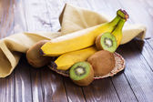 Kiwi and bananas — Stock Photo