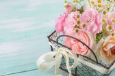 Blommor i hink — Stockfoto