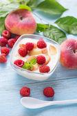 Yogurt with peaches and raspberries — Zdjęcie stockowe