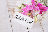 Sweet peas flowers and tag — Stock Photo