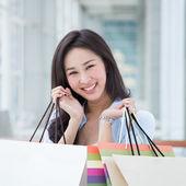 Asyalı kadın alışveriş — Stok fotoğraf