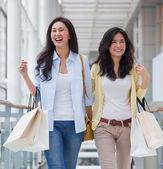 Femmes asiatiques shopping. — Photo