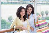Asyalı kadınlar alışveriş. — Stok fotoğraf