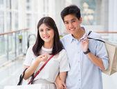 Aziatische paar winkelen — Stockfoto