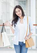 Azjatyckie kobiety zakupy — Zdjęcie stockowe