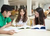 Asiatische Studenten arbeiten in der Bibliothek — Stockfoto