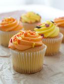 Košíčky s oranžovou a žlutou polevou — Stock fotografie