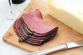 熟食肉和奶酪在菜板上 — 图库照片