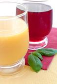 オレンジおよびグレープ ジュースのグラス — ストック写真