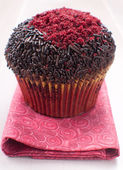 Red and chocolate decorated muffin — Stock Photo
