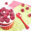 Fresh raspberry with cream or yogurt dessert — Stock fotografie