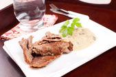 Fette sottili di manzo con salsa al curry — Foto Stock