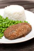 Ekmekli göğsü pirinç ve yeşil salata ile — Stok fotoğraf