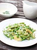 Yeşil bezelye, fasulye ve roka salatası — Stok fotoğraf
