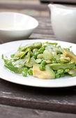 アボカド、緑色の豆とルッコラのサラダ — ストック写真