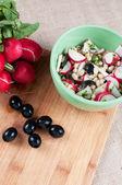 салат с редисом, оливки и фасоль — Стоковое фото