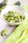 брокколи салат с огурцом и луком — Стоковое фото