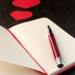 czerwone pióro do pisania o miłości — Zdjęcie stockowe