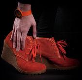 Parlak turuncu kadın moda botları ve izle — Stok fotoğraf