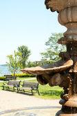 Městský park s fontánou a lavičkami — Stock fotografie