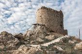 Kar maskesi bir antik kale kalıntıları — Stok fotoğraf