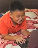 Asijské boy pracují na přenosném počítači — Stock fotografie