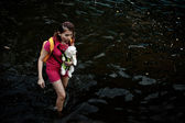 A woman carries a dog to evacuate from the flood — Stock Photo