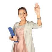 Mujer de negocios joven sostiene una carpeta azul. — Foto de Stock