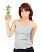 Izolované mladá asijská žena s ananasem — Stock fotografie