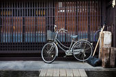 Old Bicycle in front of a Japanese House — Stock Photo