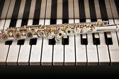 Une flûte de concert avec un piano — Photo