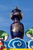 中国製の花瓶は、中国の寺院の屋根の上 — ストック写真
