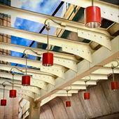 Lampes sur un ciel de la gare — Photo
