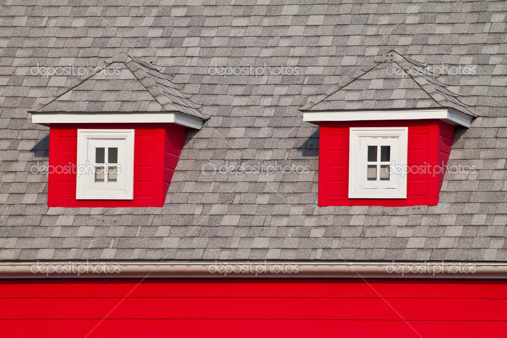 Peque as ventanas de un tico en el techo de una casa roja - Moscas pequenas en el techo ...